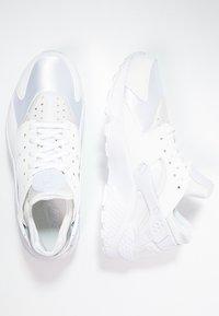 Nike Sportswear - HUARACHE  - Trainers - white - 1