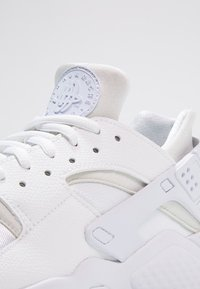 Nike Sportswear - HUARACHE  - Baskets basses - white - 5
