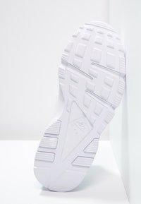 Nike Sportswear - HUARACHE  - Trainers - white - 4