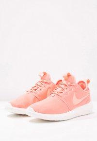 Nike Sportswear - ROSHE TWO - Baskets basses - atomic pink/sail/turf orange - 2