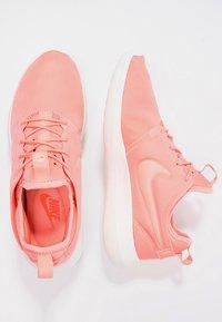 Nike Sportswear - ROSHE TWO - Baskets basses - atomic pink/sail/turf orange - 3