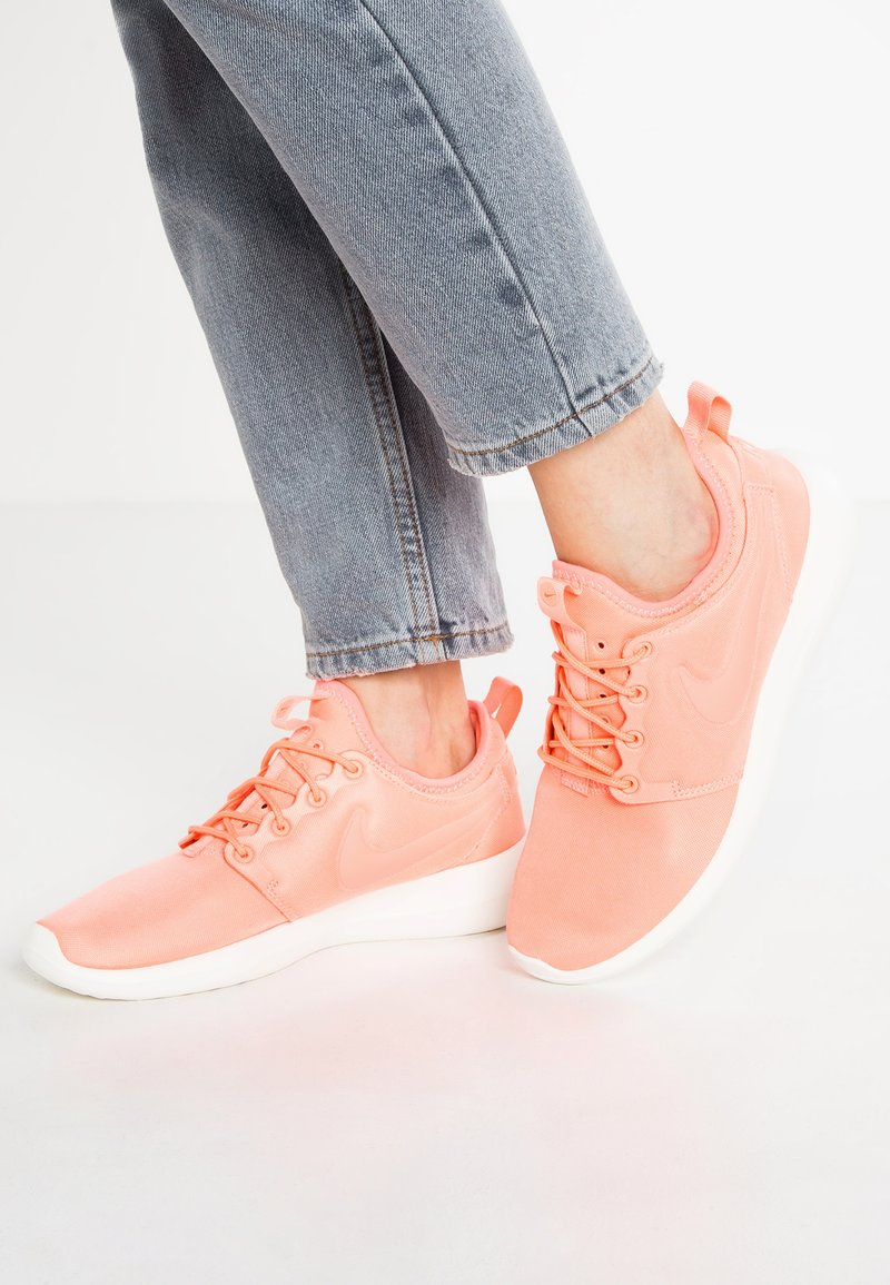 Nike Sportswear - ROSHE TWO - Baskets basses - atomic pink/sail/turf orange