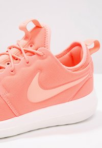 Nike Sportswear - ROSHE TWO - Baskets basses - atomic pink/sail/turf orange - 6