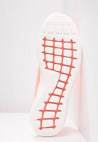 Nike Sportswear - ROSHE TWO - Baskets basses - atomic pink/sail/turf orange - 5