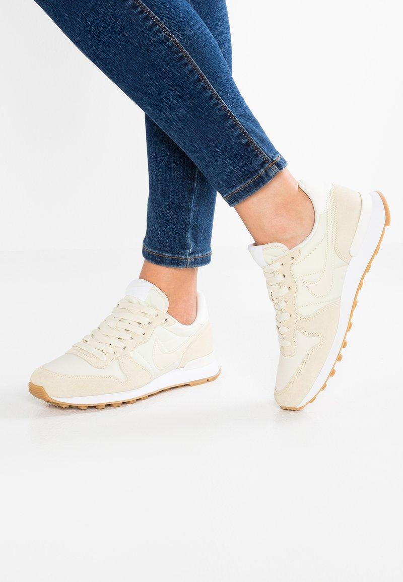 Nike Sportswear - INTERNATIONALIST - Trainers - fossil/sail