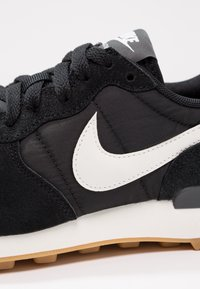 Nike Sportswear - INTERNATIONALIST - Zapatillas - black/summit white/anthracite/sail - 6