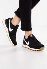Nike Sportswear - INTERNATIONALIST - Zapatillas - black/summit white/anthracite/sail - 0