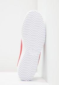 Nike Sportswear - CLASSIC CORTEZ LEATHER - Sneakers - white/varsity red/varsity royal - 4