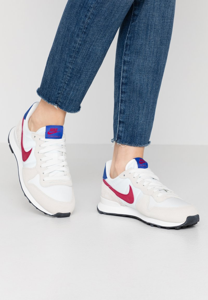 Nike Sportswear - INTERNATIONALIST - Trainers - summit white/noble red/hyper blue/black