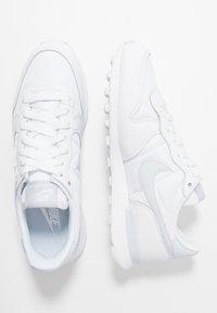 Nike Sportswear - INTERNATIONALIST - Sneakersy niskie - white/football grey - 3