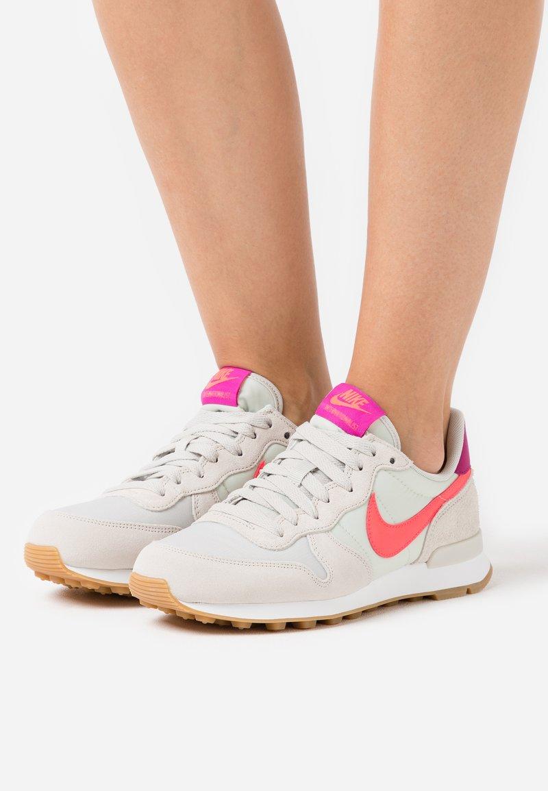 Nike Sportswear - INTERNATIONALIST - Trainers - light bone/flash crimson/cactus flower/summit white/light brown