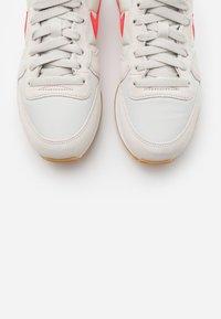 Nike Sportswear - INTERNATIONALIST - Trainers - light bone/flash crimson/cactus flower/summit white/light brown - 5