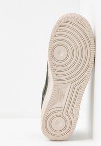 Nike Sportswear - AIR FORCE 1 '07 SE - Sneakers - cargo khaki/desert sand - 6