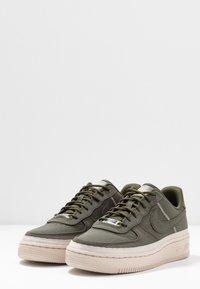 Nike Sportswear - AIR FORCE 1 '07 SE - Sneakers - cargo khaki/desert sand - 4