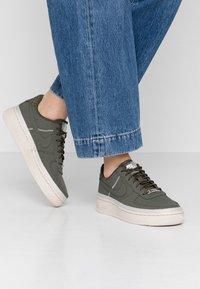 Nike Sportswear - AIR FORCE 1 '07 SE - Sneakers - cargo khaki/desert sand - 0