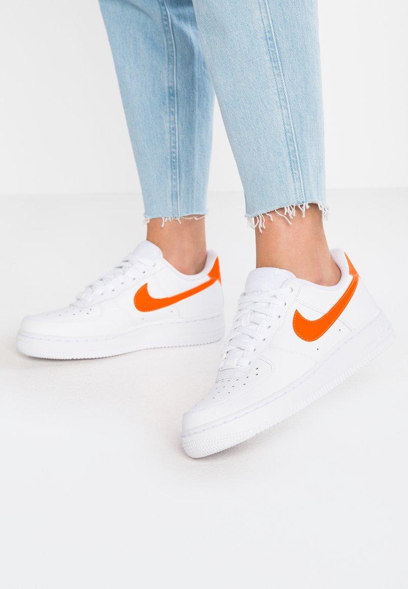 Nike Sportswear - AIR FORCE 1'07 - Sneaker low - white/total orange