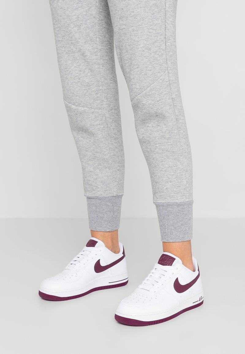 Nike Sportswear - AIR FORCE 1'07 - Sneaker low - white/bordeaux