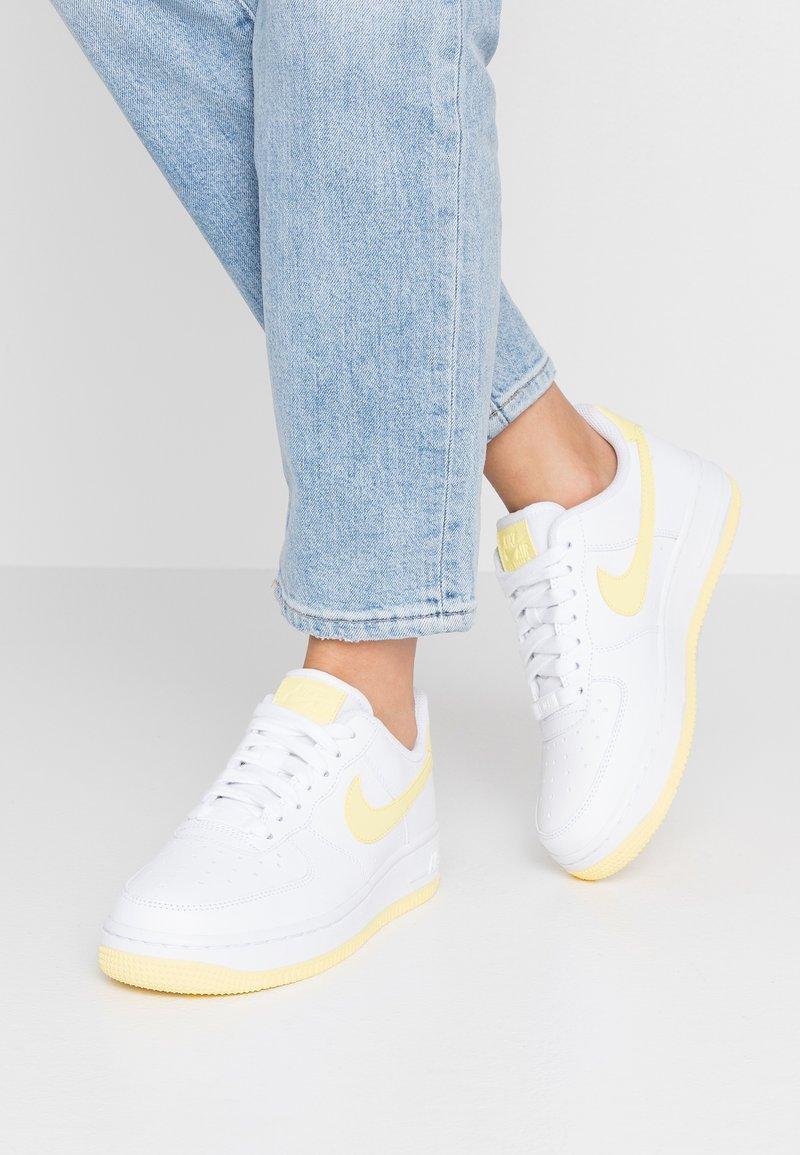 Nike Sportswear - AIR FORCE 1'07 - Matalavartiset tennarit - white/bicycle yellow/dark sulfur