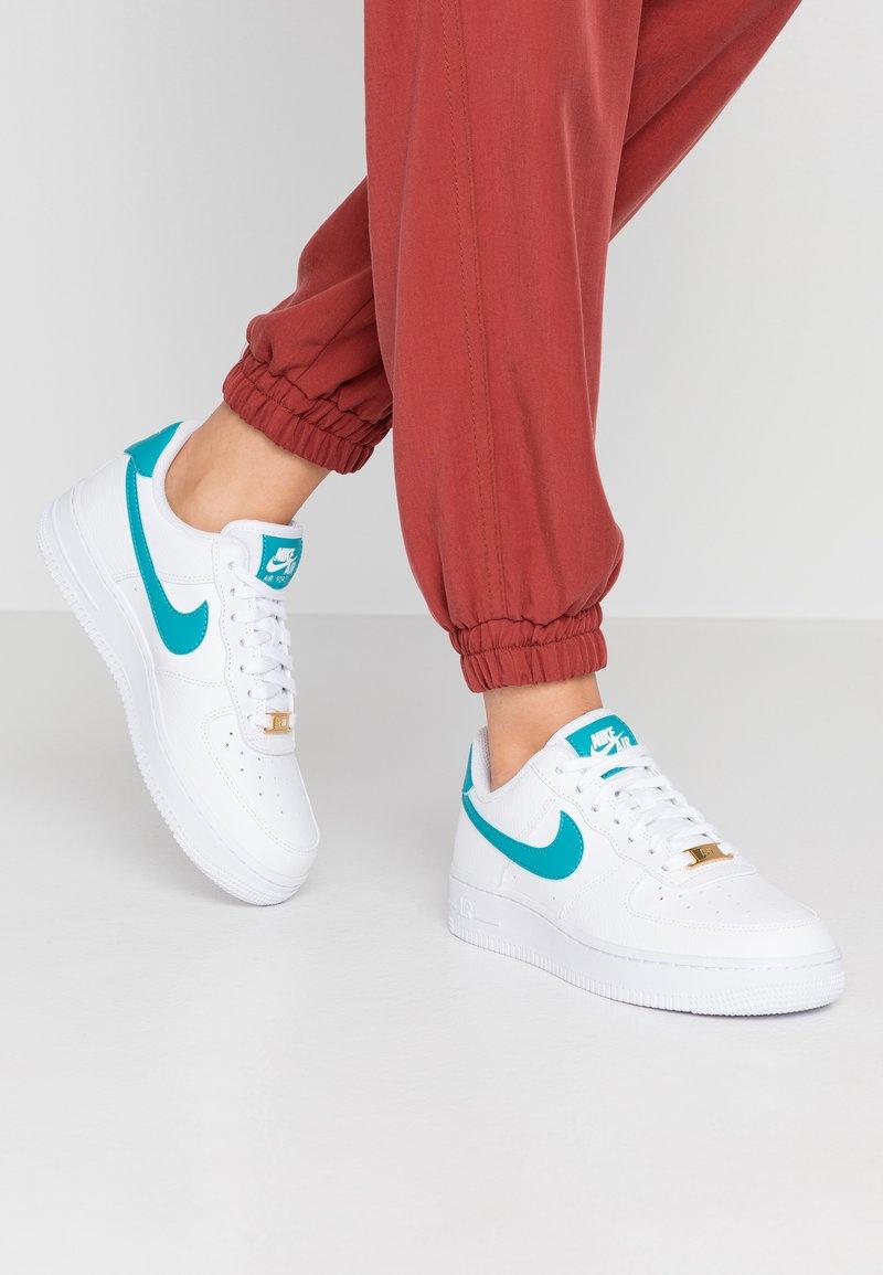 Nike Sportswear - AIR FORCE 1'07 - Sneaker low - white/teal/metallic gold