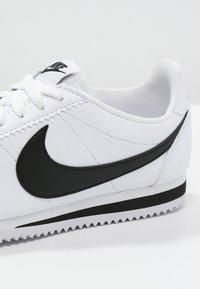 Nike Sportswear - CLASSIC CORTEZ - Sneaker low - white/black - 5