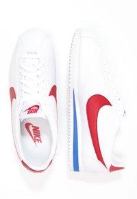 Nike Sportswear - CLASSIC CORTEZ - Zapatillas - white/varsity red/varsity royal - 1
