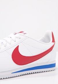 Nike Sportswear - CLASSIC CORTEZ - Zapatillas - white/varsity red/varsity royal - 5