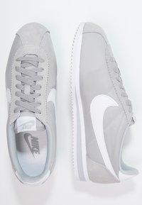 Nike Sportswear - CLASSIC CORTEZ - Sneakers basse - wolf grey/white - 1