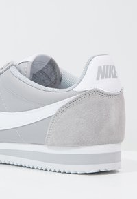 Nike Sportswear - CLASSIC CORTEZ - Sneakers basse - wolf grey/white - 5