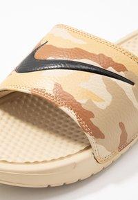 Nike Sportswear - BENASSI JDI PRINT - Sandaler - desert ore/black/ale brown/club gold/parachute beige - 5