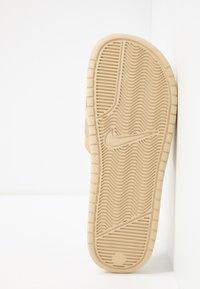 Nike Sportswear - BENASSI JDI PRINT - Sandaler - desert ore/black/ale brown/club gold/parachute beige - 4