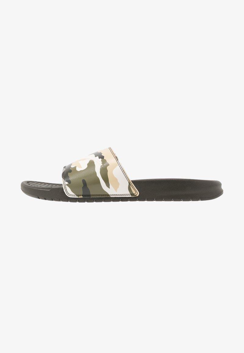 Nike Sportswear - BENASSI JDI PRINT - Pantolette flach - sequoia/pale ivory/team gold/medium olive