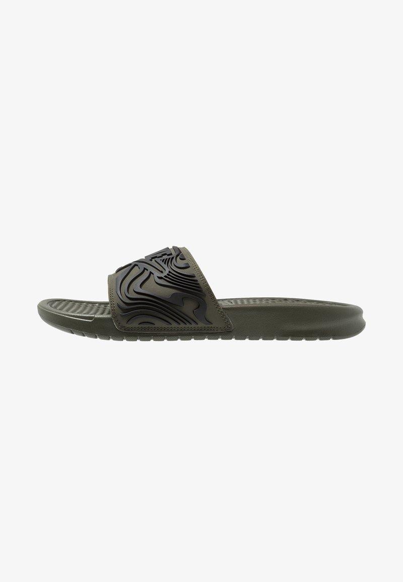 Nike Sportswear - BENASSI JDI SE - Pantolette flach - cargo khaki/black