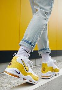 Nike Sportswear - AIR MAX UPTEMPO '95 - Vysoké tenisky - white/amarillo/court purple - 7
