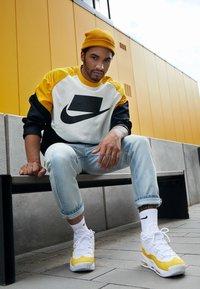 Nike Sportswear - AIR MAX UPTEMPO '95 - Vysoké tenisky - white/amarillo/court purple - 6