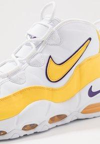 Nike Sportswear - AIR MAX UPTEMPO '95 - Vysoké tenisky - white/amarillo/court purple - 8