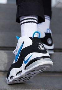 Nike Sportswear - AIR MAX UPTEMPO '95 - Sneakersy wysokie - white/photo blue/black - 7