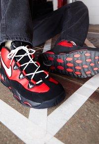 Nike Sportswear - AIR MAX UPTEMPO '95 - Sneakers hoog - university red/white/black - 7