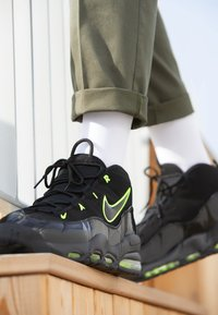 Nike Sportswear - AIR MAX UPTEMPO '95 - Sneakers alte - black/volt - 7