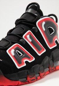 Nike Sportswear - AIR MORE UPTEMPO  - Zapatillas altas - black/white/laser crimson - 5