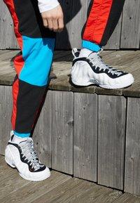 Nike Sportswear - AIR FOAMPOSITE PRO - Sneakers alte - white/black/university red/metallic platinum - 7