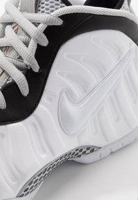 Nike Sportswear - AIR FOAMPOSITE PRO - Sneakers alte - white/black/university red/metallic platinum - 8