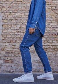 Nike Sportswear - BLAZER MID VNTG '77 - Korkeavartiset tennarit - white/sail/platinum tint - 0