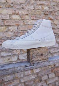 Nike Sportswear - BLAZER MID VNTG '77 - Korkeavartiset tennarit - white/sail/platinum tint - 2