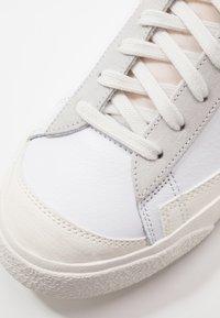 Nike Sportswear - BLAZER MID VNTG '77 - Korkeavartiset tennarit - white/sail/platinum tint - 7