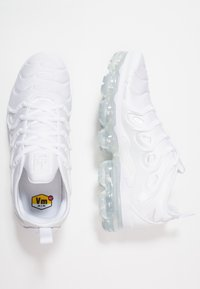 Nike Sportswear - AIR VAPORMAX PLUS - Sneakersy niskie - white/pure platinum - 1