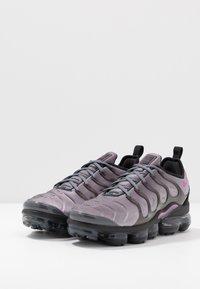 Nike Sportswear - AIR VAPORMAX PLUS - Matalavartiset tennarit - atmosphere grey/active fuchsia/dark grey/anthracite/black/reflect silver - 2
