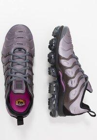 Nike Sportswear - AIR VAPORMAX PLUS - Matalavartiset tennarit - atmosphere grey/active fuchsia/dark grey/anthracite/black/reflect silver - 1