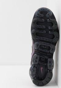 Nike Sportswear - AIR VAPORMAX PLUS - Matalavartiset tennarit - atmosphere grey/active fuchsia/dark grey/anthracite/black/reflect silver - 4