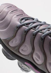 Nike Sportswear - AIR VAPORMAX PLUS - Matalavartiset tennarit - atmosphere grey/active fuchsia/dark grey/anthracite/black/reflect silver - 5