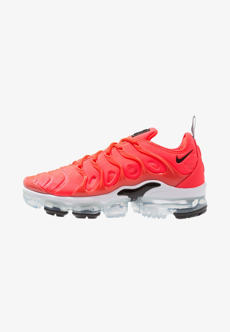Nike Sportswear - AIR VAPORMAX PLUS - Matalavartiset tennarit - bright crimson/black/white